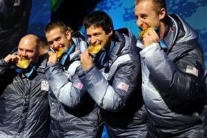 Campioni olimpici che mordono la medaglia d'oro